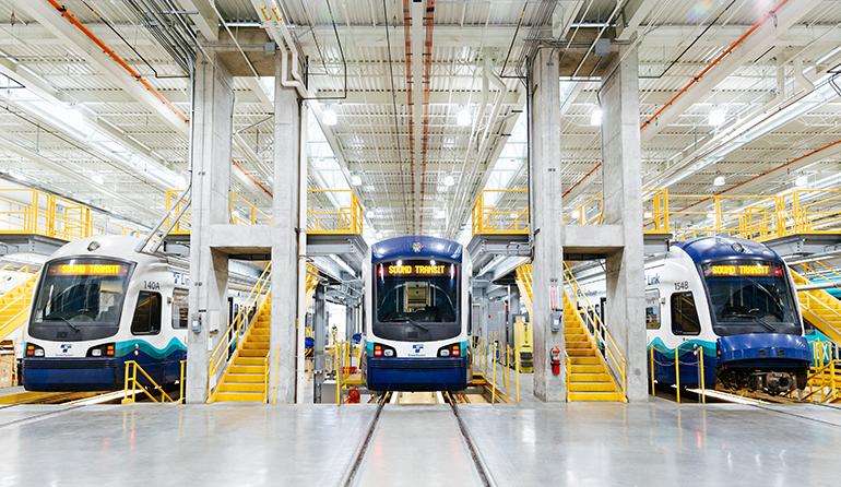 Los trenes de Link light rail están dispuestos en plataformas de mantenimiento del edificio de almacenamiento de Link. Se proporcionan escaleras en la plataforma, de modo que los trabajadores pueden acceder tanto a la parte superior como a la inferior del tren para realizar mantenimiento de rutina.